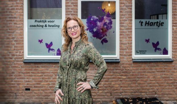 <p>Marion Ringnalda voor haar praktijk aan de Langenberglaan 10 in Ede.</p>