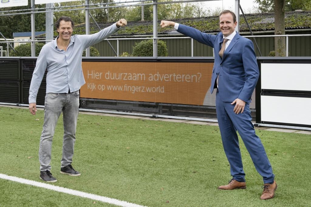 <p>Digerto Biemans (GVV Unitas) en Ronald van Bemmel (Softs) met op de achtergrond de Green Boarding</p> I]Iri] Is © BDU Media