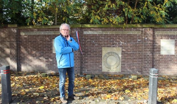 <p>Nico Ragetli bij het monument aan de Appelweg. &#39;Hier zijn tien willekeurige gevangenen uit Kamp Amersfoort ge&euml;xecuteerd.&#39;</p>