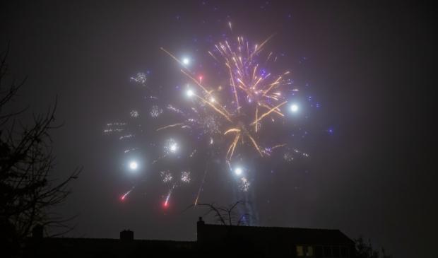 <p>Het illegaal afgestoken vuurwerk leverde zaterdagavond wel een mooi spektakel op.</p>