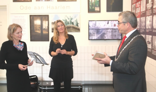 <p>Cilia Tel en Willemijn Faber overhandigden de eerste leporello aan burgemeester Wienen.</p>