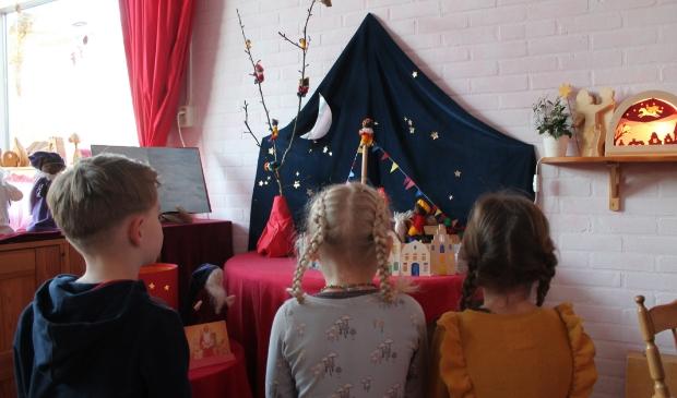 Kinderen kijken naar Sinterklaasdorp