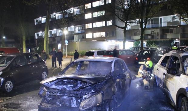 <p>Twee auto&#39;s brandden uit, twee anderen raakten minder ernstig beschadigd.</p>