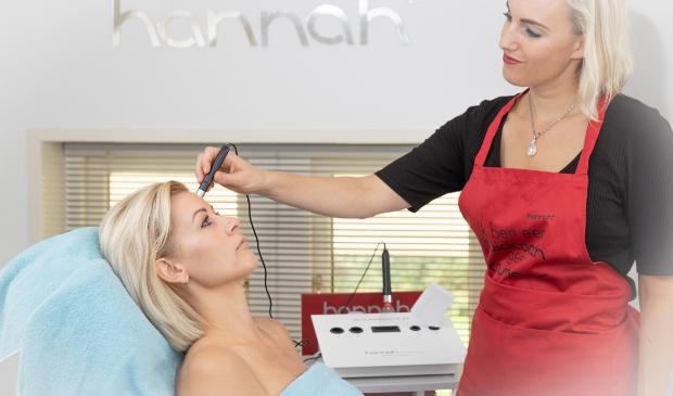 High Q Beauty - Maaike Teygeler doet een huidmeting met een skin analyzer.