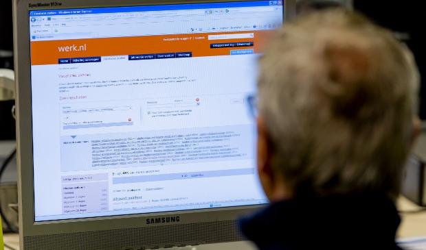 2014-01-29 11:43:18 AMSTERDAM - Een werkzoekende bij het Werkplein van het UWV in Amsterdam. Werkzoekenden en werkelozen kunnen zich hier inschrijven, op computers zoeken naar vacatures en een gesprek hebben met een medewerker van het UWV. ANP XTRA ROBIN VAN LONKHUIJSEN