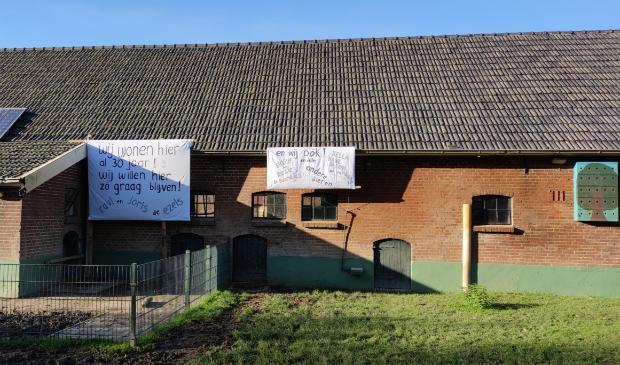 <p>De dieren willen niet weg, zo zeggen de spandoeken die gisteren werden opgehangen bij Buitenwereld.</p>