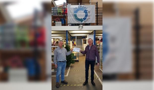 Uit handen van Jan de Rooij, voorzitter kringloop De Cirkel, ontvangt Nico van der Veen, Stichting vrienden van hospice De Cirkel, een cheque van 2.500 euro.