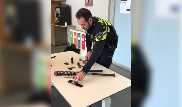<p>Wijkagent Mark den Hartog laat wapens zien die in beslag zijn genomen en/of voor leerdoeleinden worden gebruikt.</p>