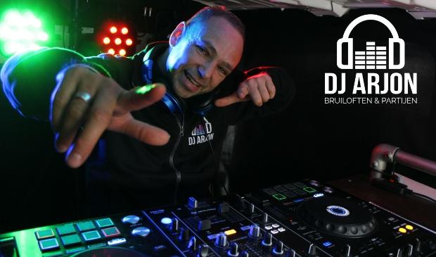 DJ Arjon vanuit zijn Disco-Ballen bus