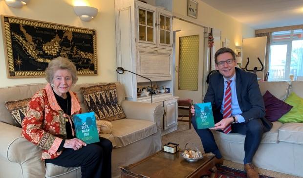 Burgemeester Poppens op bezoek bij Nora Valk.