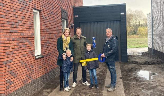 De uitvoerder van Kelderman overhandigt de huissleutel aan familie Van Essen