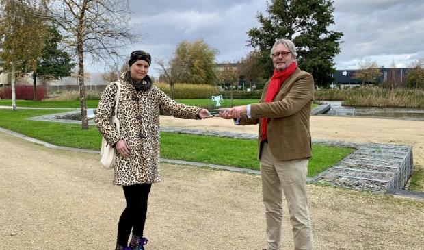 <p>Thomas Hendriksen, voorzitter van Businesspark Nieuw-Vennep Zuid, overhandigde de trofee aan Goulmy.</p>
