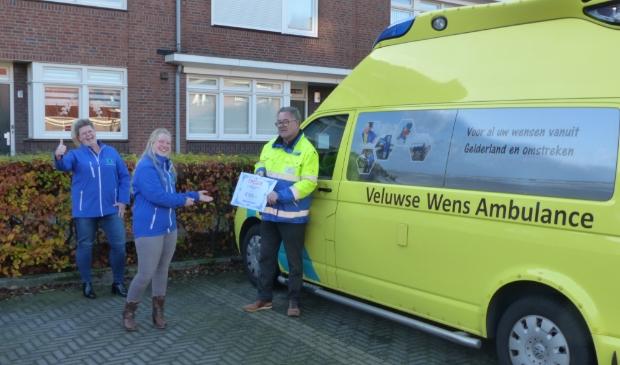 Vereniging voor EHBO 'de Samaritaan' in Ede overhandigt een cheque ter waarde van 500 euro aan de Voedselbank in Ede. Links op foto Anneke Dinger van de Voedselbank, rechts Kees Huikeshoven voorzittter EHBO.