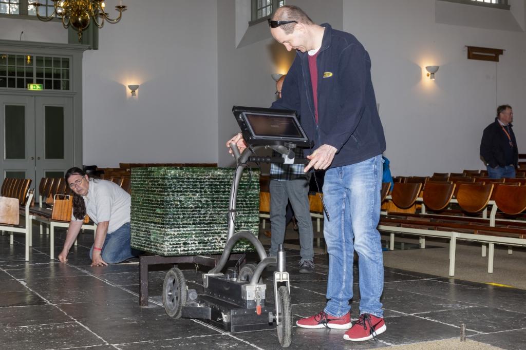<p>Metingen met het karretje d.m.v. bodemradar in de Amstelkerk.</p> Piet de Boer © BDU media