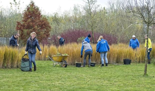 Gezamenlijke serviceclubs maken de tuin winterklaar!