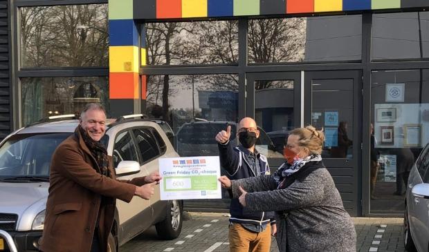 <p>Wethouder Erik van Beurden neemt de CO2 besparing-cheque in ontvangst.&nbsp;</p>