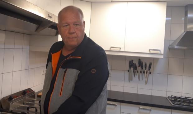 <p>Jerry van de Berg in de keuken van Buurtcentrum De Velder. ,,Koken is echt mijn passie.&quot;</p>