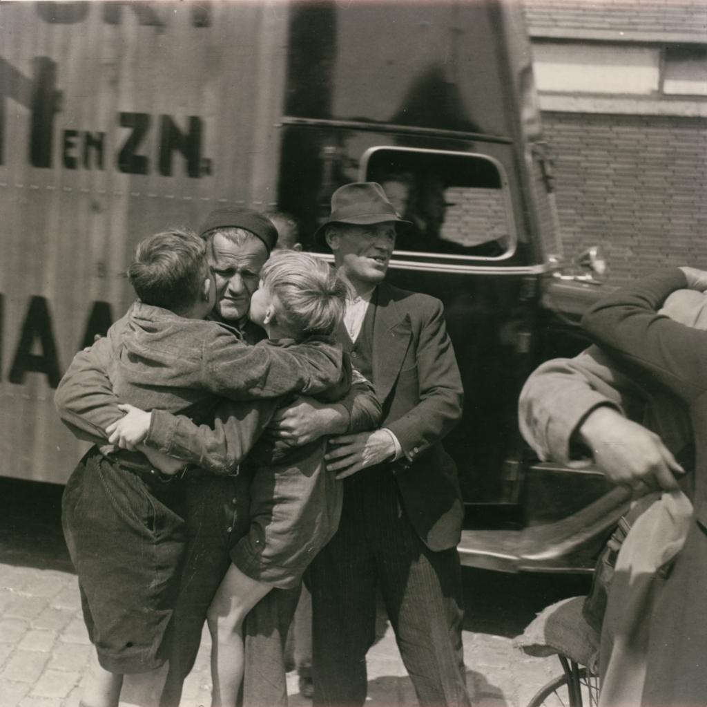 <p>Begroeting van de laatste Duitse krijgsgevangenen die terugkeren uit Rusland op het station van Munchen, 1955.</p> <p>Niod, Liberation stories</p> © BDU media