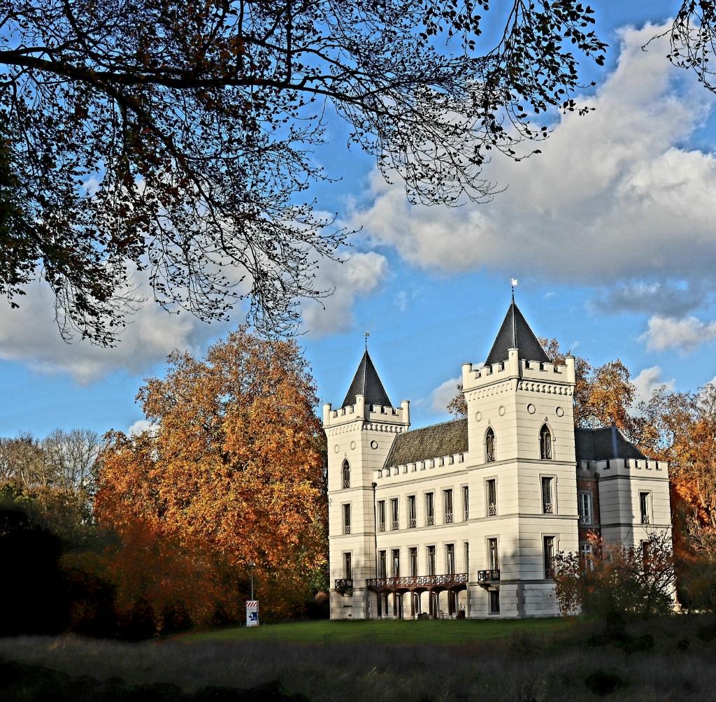 Kasteel Beverweert in de late herfstzon. Linda Van Lunsen © BDU media