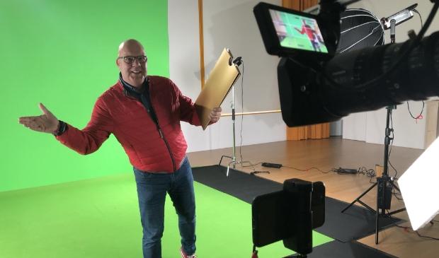 Postcode Loterij-ambassadeur Gaston Starreveld verrast winnaars middels een videogesprek.