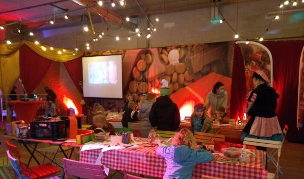 <p>Knutselen in het Sinterklaashuis, er draaien ook verschillende Sinterklaasfilms</p> TS © BDU media