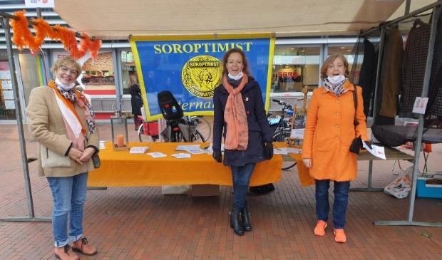 soroptimisten op de amstelveense markt met Stieneke Kruijer