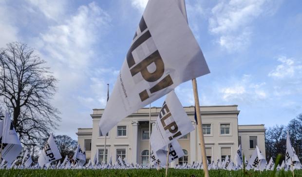 <p>4000 vlaggetjes prijkten vanmorgen op het grasveld voor het gemeentehuis</p>