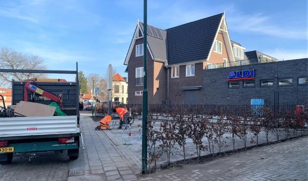 De hekjes worden geplaatst op het parkeerterrein bij de Nieuwstraat.
