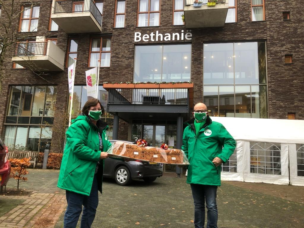 Raadsleden Cora van Wijngaarden en Jan-Willem Nuis voor Bethanie Aart van Wijngaarden © BDU Media