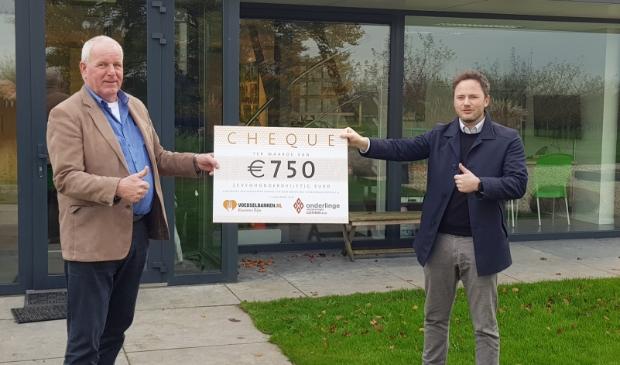 Kees Mocking, Onderlinge Verzekeringen, overhandigt cheque aan Freddy Scherpenzeel, Voedselbank