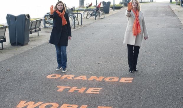 <p>Burgemeester Reinie Melissant-Briene en Wike van den Bout, voorzitter van de Soroptimistclub Merwekring</p>