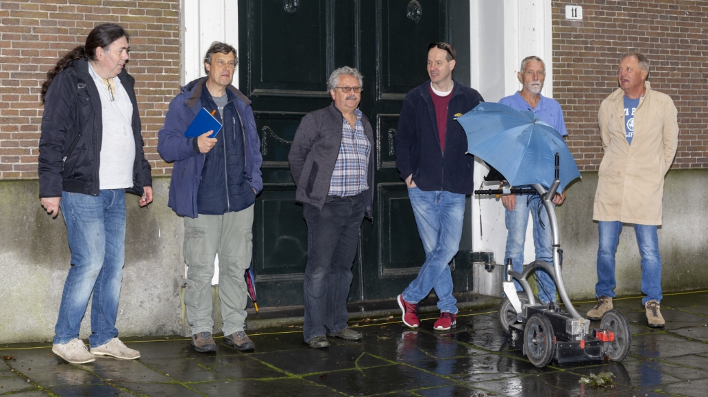 <p>Metingen met het karretje d.m.v. bodemradar buiten de Amstelkerk.</p> Piet de Boer © BDU media