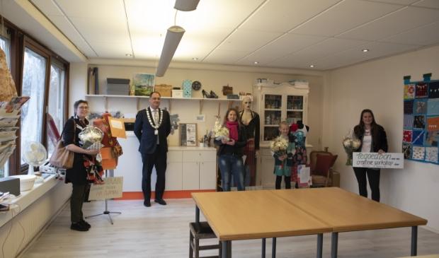 <p>Ina Zwambag, burgemeester Bouwmeester, Monique Hoogervorst, Veerle van der Kooi en Melvina Pampus (foto: Christa Buikstra).</p>