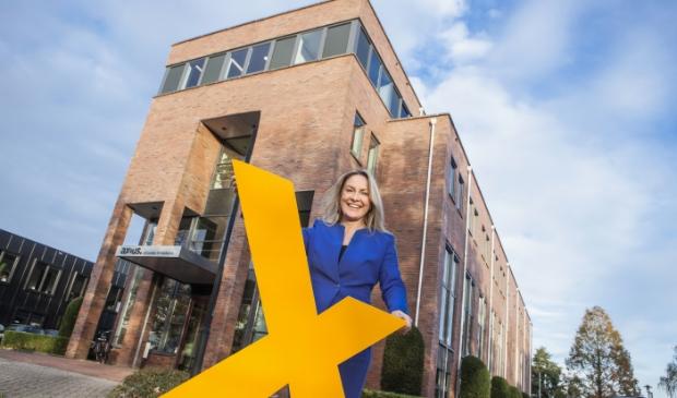 <p>Advocaat-partner Claudelle Schimmel-Blom bij het bedrijfspand van Axius Advocaten & Mediators in Veenendaal.</p>
