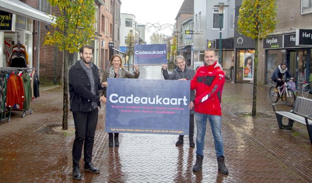 <p>De presentatie van de lokale cadeaukaart in het centrum van Barneveld. Van links naar rechts Sander van den Brink (centrummanager), wethouder Didi Dorrestijn, Simone Giele (BMV) en John van Beek (OVV).</p>