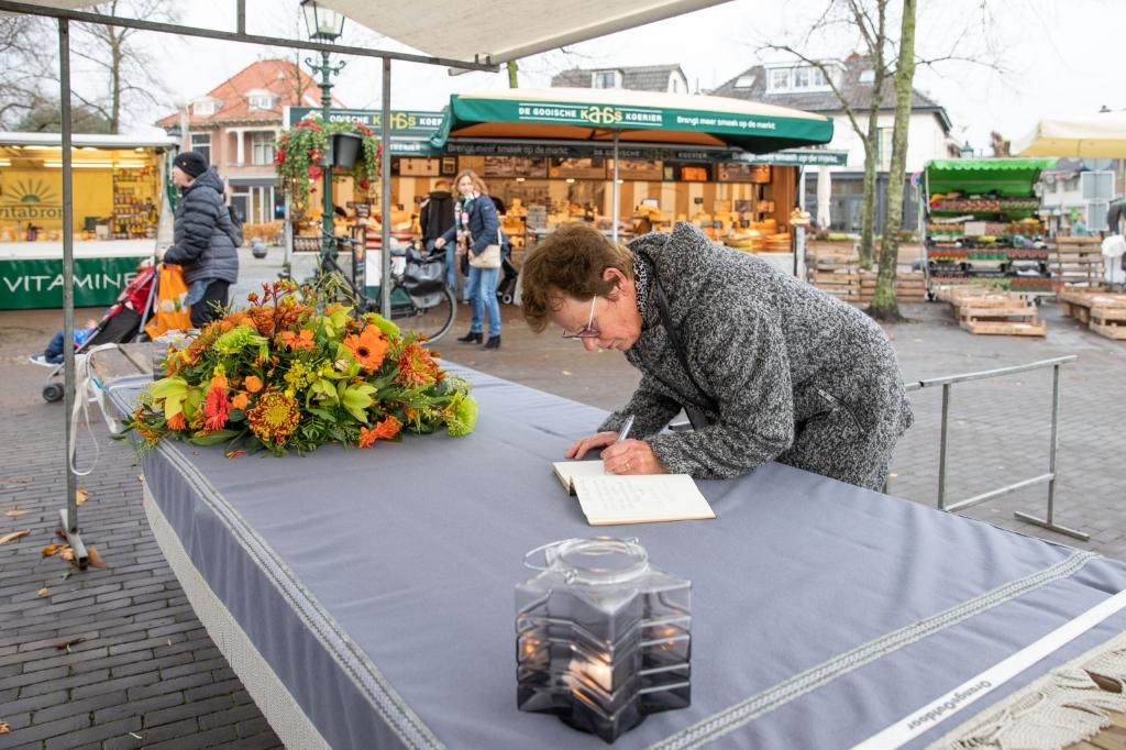 <p>Baarnse marktkooplui hadden afgelopen dinsdag een mooi bloemstuk op de kraam van marktman Elbert Lamers gelegd waar trouwe klanten het condoleanceboek konden tekenen. </p>