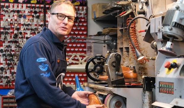<p>Schoenmaker Rob Slijkerman bij Hakky in de Grand Passage tussen Polderplein en Kruisweg</p>