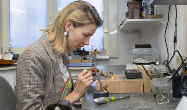 <p>Marieke Wallet ontwerpt en maakt sieraden bij Kaasschieter Juweliers in het centrum van Barneveld.</p>