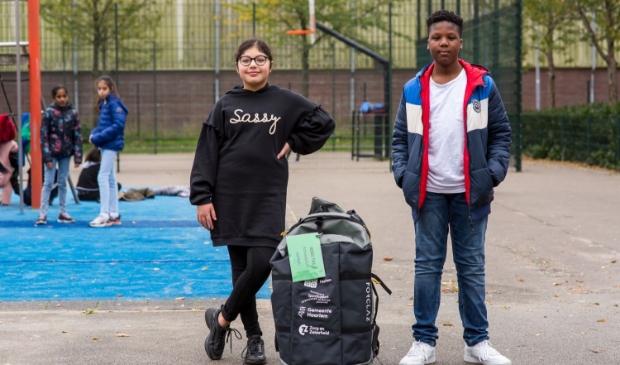 <p>Leerlingen van De Wadden Molenwijk doen in de grote pauze spelletjes met een buurtsportcoach van SportSupport, de JOGG-Tas helpt daarbij.</p>