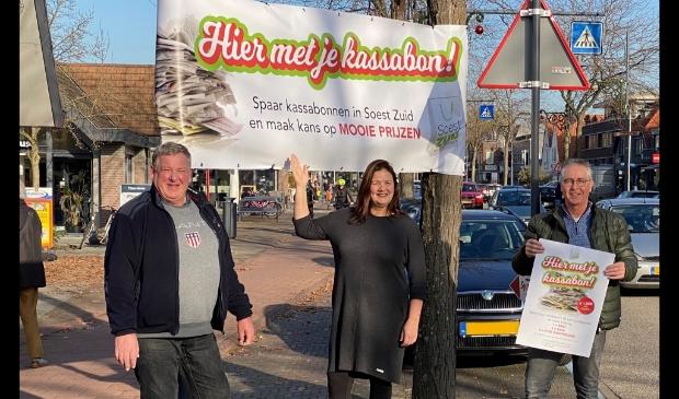 <p>Mels van Vulpen, Sophia Huttema en Wim Brouwer van Winkelcentrum Soest-Zuid pakken uit met kassabonnen.</p>