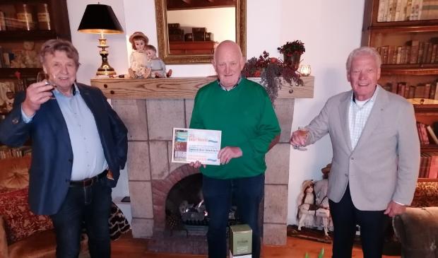 Vanaf links: Jan van Zal, Henk van Asch en Loek de Rooij proosten op het zilveren jubileum