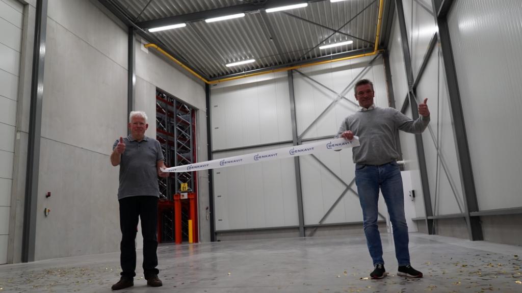 <p>Projectleiders Wout van Veldhuizen (links) en Peter Lanfermeijer mochten het openingslint doorknippen in het nieuwe hoogbouwmagazijn van Denkavit.</p> Denkavit © BDU media