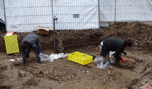 <p>De skeletten werden gevonden achter de kerk in Schelluinen</p>