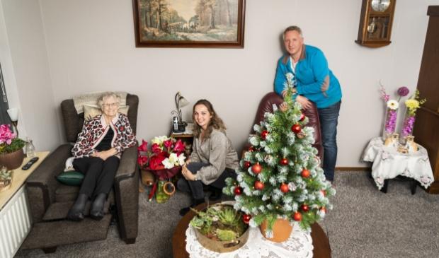 <p>Jacoba van de Bunt geniet samen met haar kleindochter Maartje van de kerstboom en andere kerstspullen die de Barneveldse Intratuin haar cadeau deed.</p>