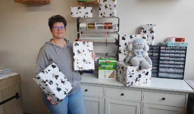 Marian met de eerste ingepakte cadeautjes