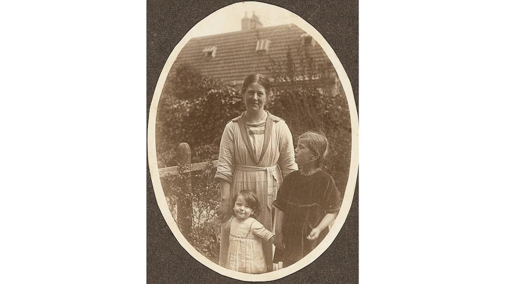Hannie (links) met moeder en zusje. Noord-Hollands Archief © BDU media