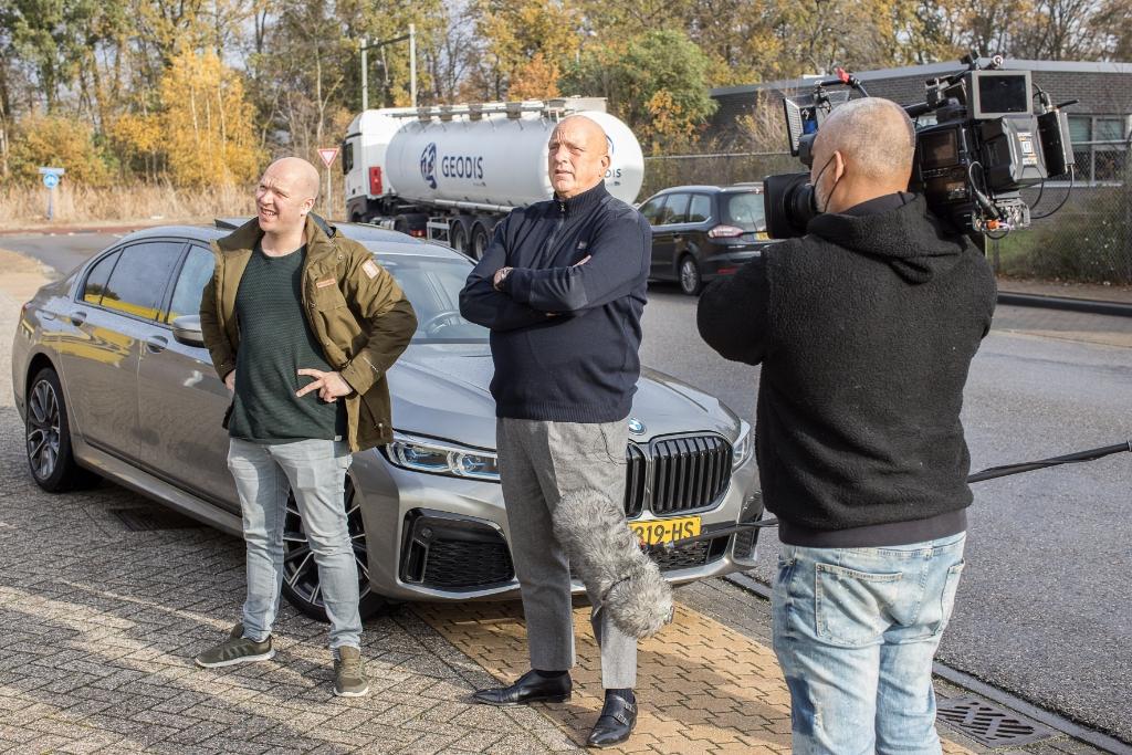 Remco en Herman bewonderen samen de foodtruck Ted Walker  © BDU Media