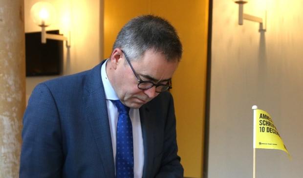 Ook de Haarlemse burgemeester Jos Wienen deed vorig jaar mee aan Write for Right. Ondanks 'corona' hoopt de organisatie ook dit jaar op een 'lawine aan brieven en kaarten'.
