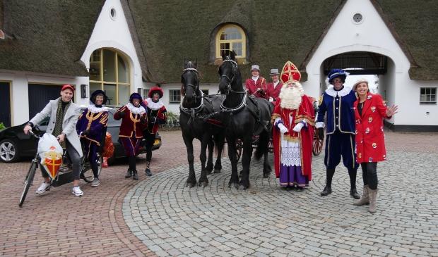 <p>Merel Brouwer (rechts) en, vermomd als Piet, Manon Smeeing en Tanja Hartman met onder anderen enkele andere leden van de Stichting Intocht Soest.</p>