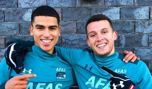 <p>Zakaria Aboukhlal (links) met voormalig teamgenoot Oussama Idrissi, die nu bij Sevilla speelt.</p>